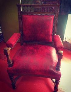 fauteuil-ancien-faux-cuir-bordeaux-claire-de-redon-tapissier-decoarateur-montauban