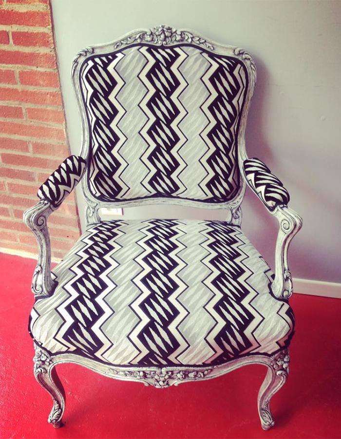 fauteuil-apres-renovation-tissu-zigzag-blanc-noir-claire-de-redon-montauban-tapissier-decorateur