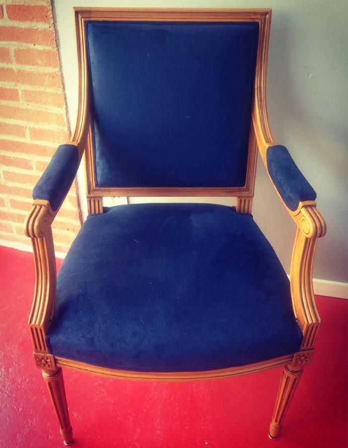 fauteuil-bois-clair-tissu-bleu-roi-claire-de-redon-tapissier-decoarateur-montauban