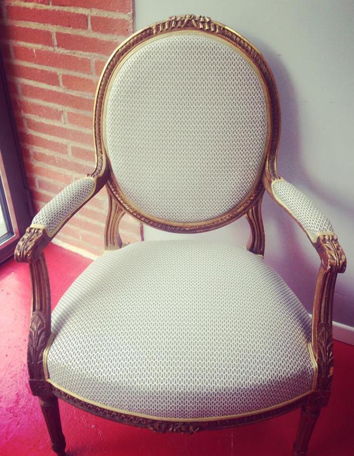 fauteuil-bois-dore-tissu-beige-claire-de-redon-tapissier-decoarateur-montauban