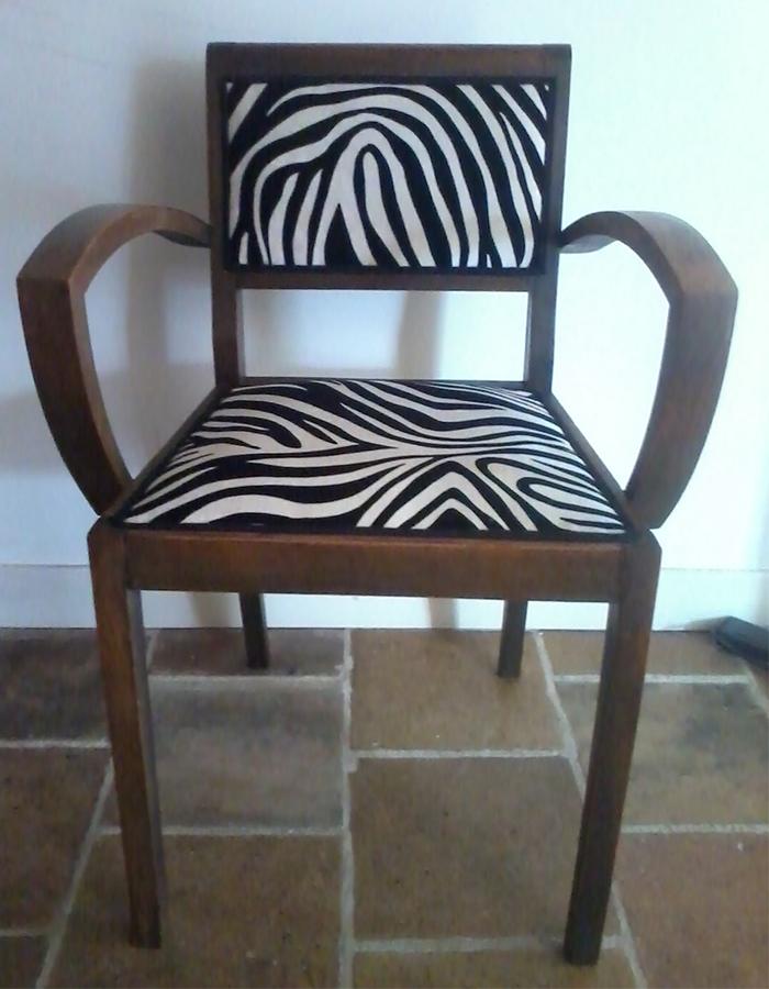 fauteuil-bridge-bois-fonce-tissu-zebre-noir-blanc-claire-de-redon-tapissier-decoarateur-montauban