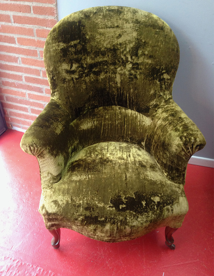 fauteuil-crapaud-velours-kaki-claire-de-redon-tapissier-decoarateur-montauban
