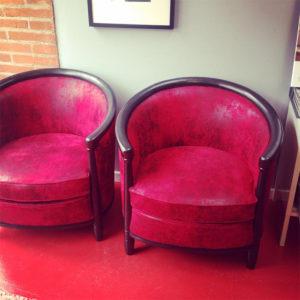 fauteuil-tonneaux-faux-cuir-rouge-claire-de-redon-tapissier-decorateur-montauban