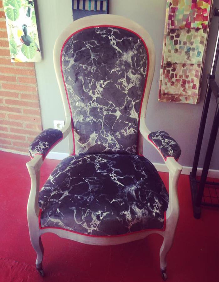 fauteuil-voltaire-bois-blanc-tissu-casal-motif-marbre-gris-fonce-claire-de-redon-tapissier-decorateur-montauban