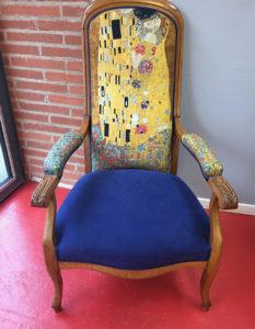 fauteuil-voltaire-bois-clair-tissu-bleu-fantaisie-jaune-claire-de-redon-tapissier-decorateur-montauban