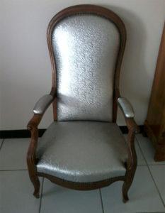fauteuil-voltaire-bois-fonce-faux-cuir-metal-claire-de-redon-tapissier-decorateur-montauban