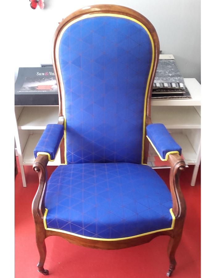 fauteuil-voltaire-tissu-lelievre-geometrique-bleu-bordure-jaune-claire-de-redon-tapissier-decorateur-montauban