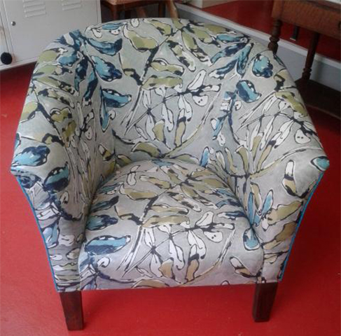 fauteuil-tonneau-apres-tissu-tapissier-claire-de-redon