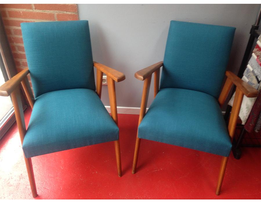 paire-fauteuil-scandinave-bois-tissu-bleu-canard-claire-de-redon-tapissier-decorateur-montauban