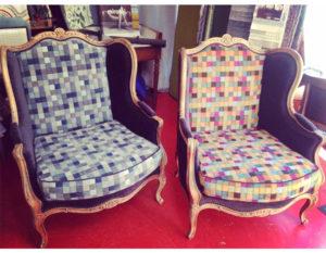 paire-fauteuils-bois-clair-damiers-colores-claire-de-redon-tapissier-decorateur-montauban